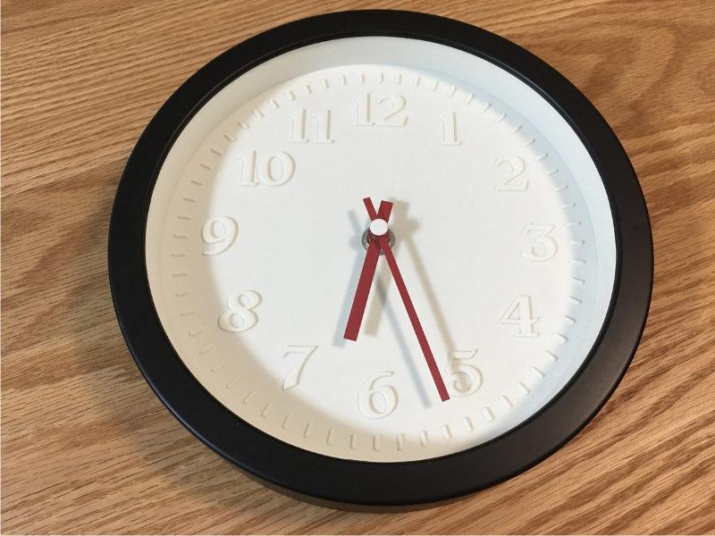 白地に赤針のシンプルな時計
