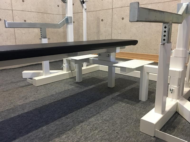 ブル公式台のベンチは土台ががっちり固定
