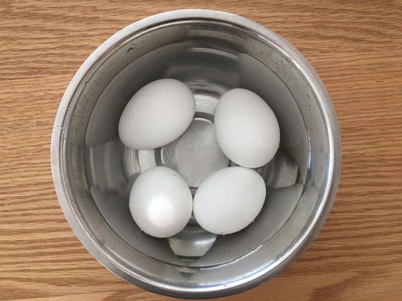 卵を水で冷やす