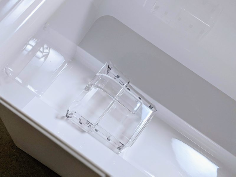 tower米びつは専用計量カップ付きで最後まで米を掬いやすい