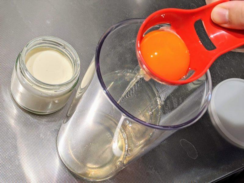 エッグセパレーターで卵黄と卵白を分離する