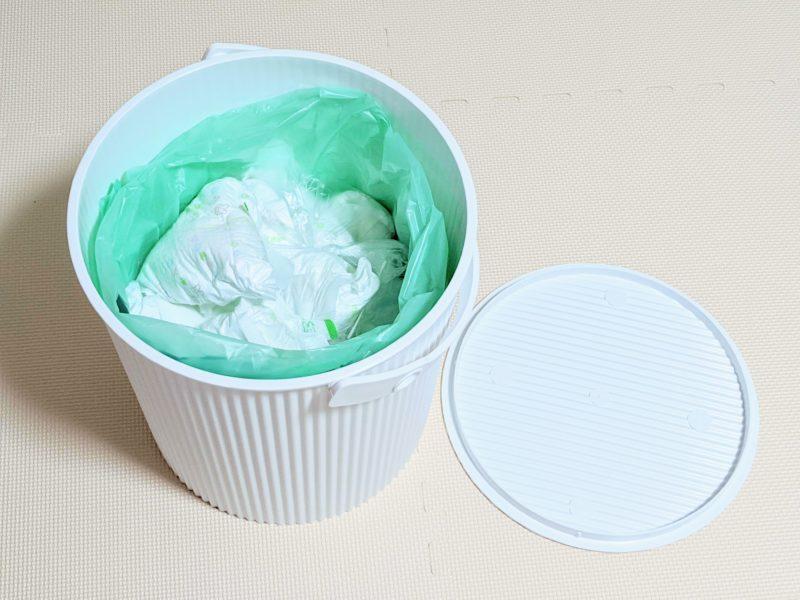 赤ちゃんのおむつ用ゴミ箱としてフタ付バケツを使用