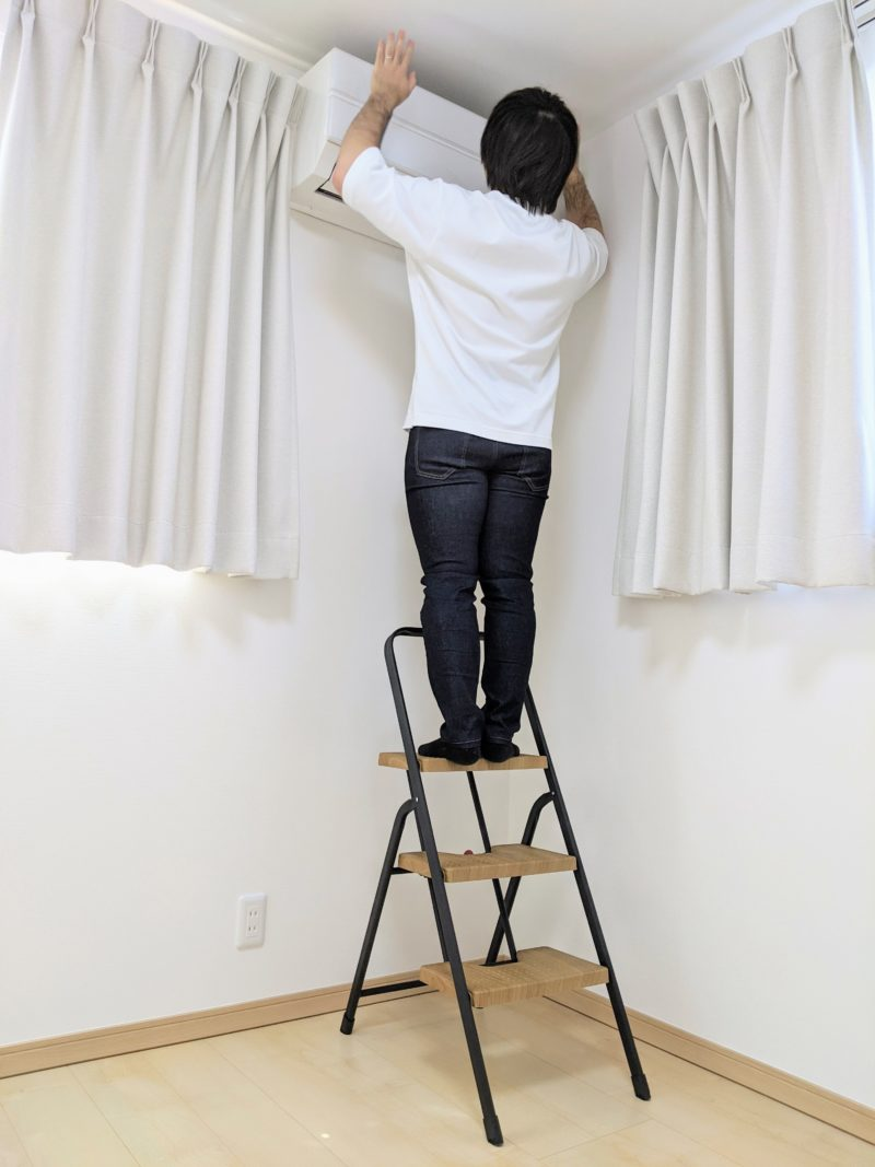 シービージャパン「フォールディングステップ」は乗ると天井まで手が届く