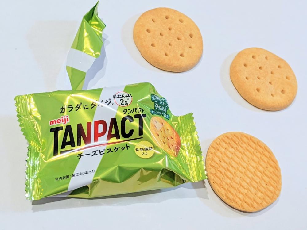 明治タンパクト「チーズビスケットミルクチョコレート」は1袋3枚入り