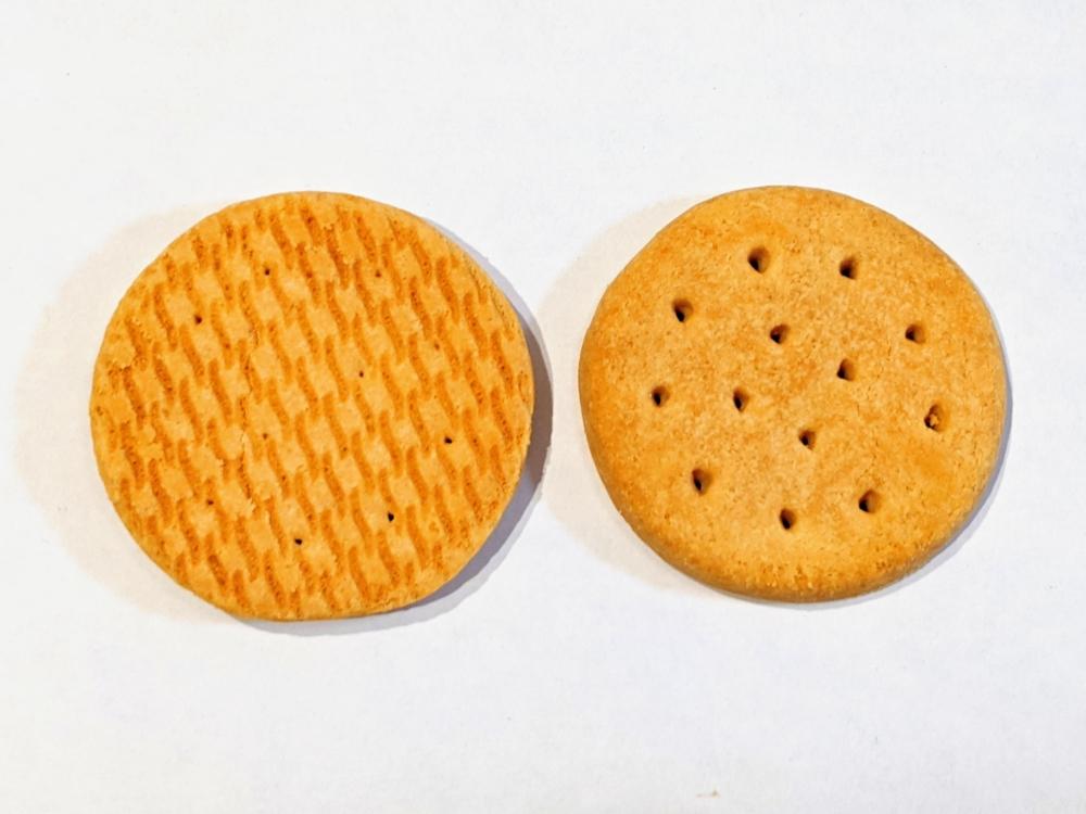 明治タンパクト「チーズビスケットミルクチョコレート」表裏